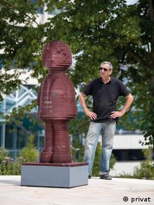 O γλύπτης Ίνγκο Λόβιτς σχεδίασε το άγαλμα στον υπολογιστή