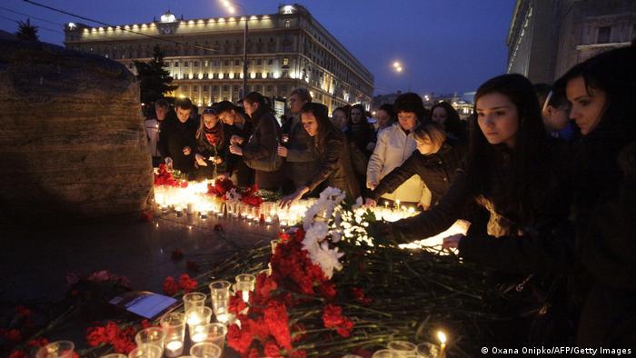 Цветы и свечи возле станции Лубянка в память о погибших в московском метро, 31 марта 2010 г.