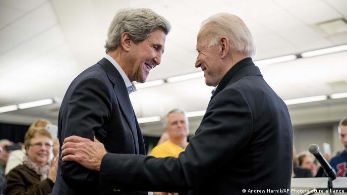O presidente eleito Joe Biden (à direita) e o ex-secretário de Estado John Kerry