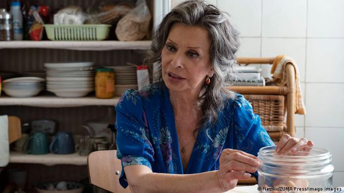 Schauspielerin Sophia Loren sitzt am Küchentisch und unterhält sich