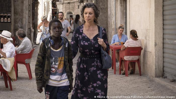 Ibrahima Gueye and Sophia Loren in a narrow street in Bari, acting a scene from The Life Ahead.