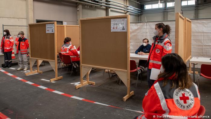 У цьому майбутньому центрі вакцинації у місті Ульм на півдні Німеччини вже проводять навчання персоналу. Тут планують робити до 120 щеплень за годину