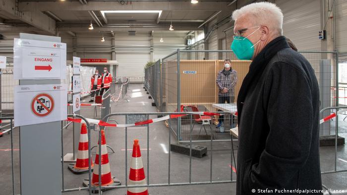 Perdana Menteri Winfried Kretschmann memantau langsung