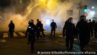 Τη βίαιη απομάκρυνση των σκηνών από την αστυνομία ακολούθησαν επεισόδια