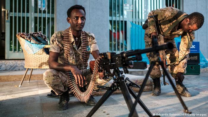Эфиопские военнослужащие и пулемет