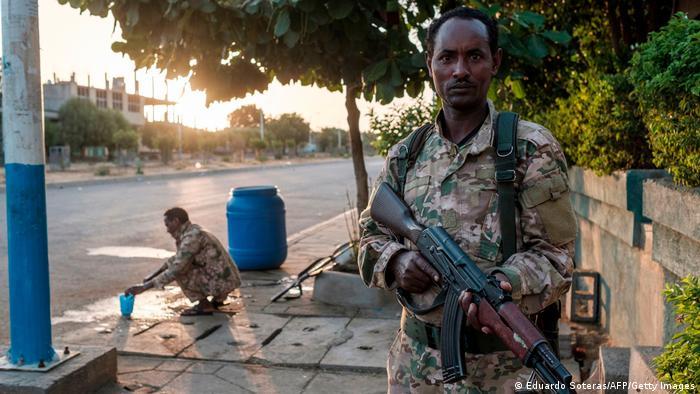 Soldado etíope segura arma