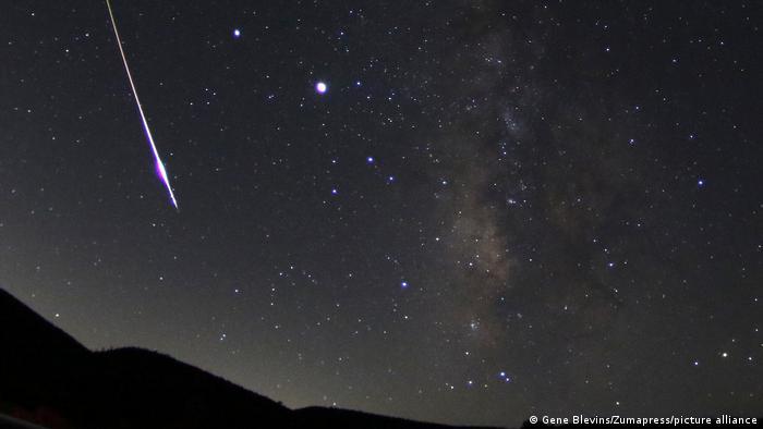 Отличающиеся наибольшей яркостью Юпитер (справа) и Сатурн (слева) в ночном небе во время падения метеорита 11 августа 2020 года над Канадой