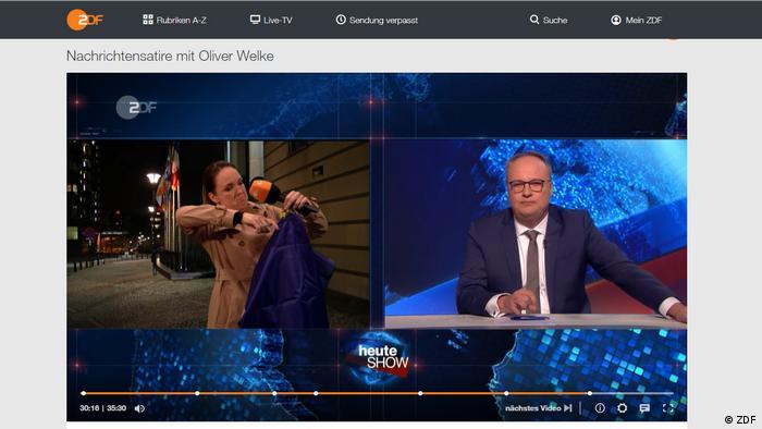 """""""Reporterka"""" emisije """"heute-show"""" Karolin Kebekus (levo) iseca dve zvezudice sa zastave EU; desno: voditelj Oliver Velke"""