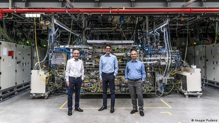 Die Erfinder Peter Kürz (Zeiss), Michael Kösters (Trumpf) und Sergiy Yulin (Fraunhofer Institut für Angewandte Optik und Feinmechanik - IOF) Foto: Ansgar Pudenz