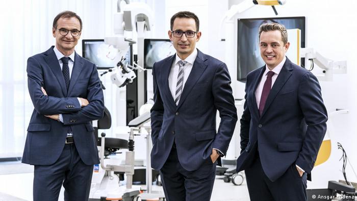 Andreas Raabe, Neurochirurg am Inselspital Bern, Michelangelo Massini und Frank Seizinger von der ZeissMedizinsparte Meditec vor ihrer Erfindung (Foto: Ansgar Pudenz)