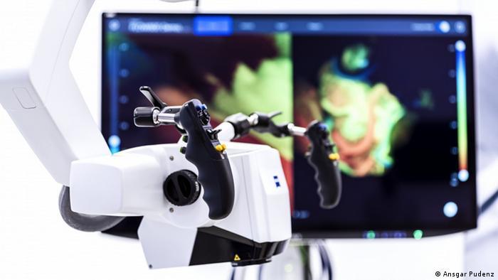 Erfindung zum Deutschen Zukunftspreis 2020: Eine optische Anlage, die Medizinern bei komplizierten neurochirurgischen Eingriffen hilft. (Foto: Ansgar Pudenz).