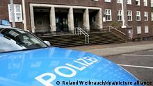 24.11.2020, Nordrhein-Westfalen, Mülheim: Ein Polizeiwagen parkt vor dem Eingang des Polizeipräsidiums. Im Zusammenhang mit Chats mit rechtsextremen Inhalten bei der Polizei inNRW hat es am Dienstagmorgen erneut Durchsuchungen gegeben. Foto: Roland Weihrauch/dpa | Verwendung weltweit
