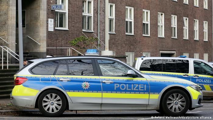 Полицейские машины у президиума полиции в городе Мюльхайме