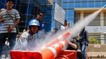 Selbstgebaute Raketen werden von Demonstranten mit Helm abgeschossen (Foto:ap)