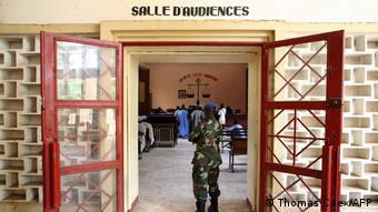 Un gendarme tchadien à l'entrée d'une salle d'audience à N'Djamena (Archives - N'Djamena, 08.11.2007)