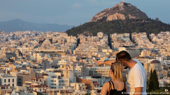 Туристы на фоне Афин
