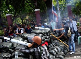 Demonstranten hinter Barrikaden mit selbstgebauten Raketen (Foto:ap)