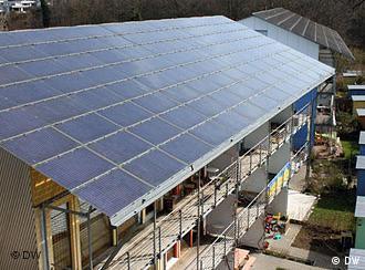 Ein Wohnhaus, auf dessen Dach sich eine große Photovoltaikanlage befindet