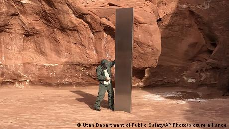 """Primetili su ga iz helikoptera u regionu Crvena stena u američkoj saveznoj državi Juta. Monolit je visok tri metra, površina mu se sjaji, ali ne reflektuje svetlost. Državni službenici koji su ga pronašli kažu da ne znaju ko ga je tu postavio, ali podsećaju da je """"nezakonito postavljati bilo kakve umetničke strukture na javnim površinama""""."""