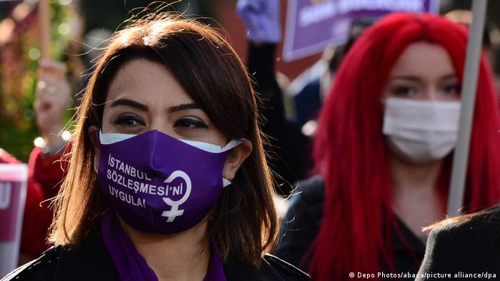 Perempuan Turki memperingati Hari Internasional Anti Kekerasan Terhadap Perempuan di Istanbul