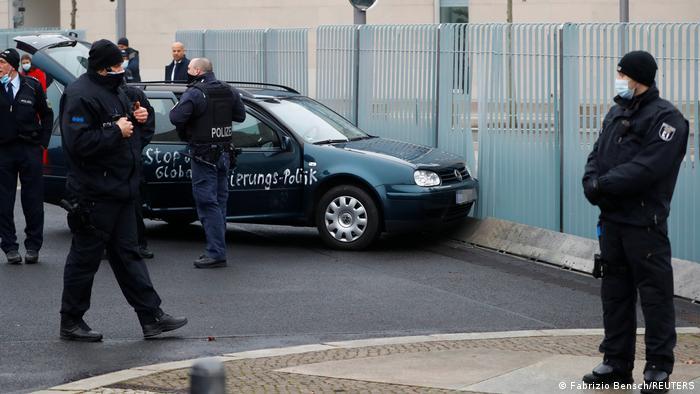 Deutschland Berlin | Auto fährt in Zaun am Bundeskanzleramt