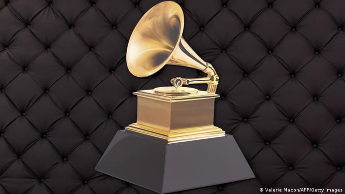 Grammy-Trophäe: ein goldenes Grammophon auf einem schwarzen Sockel