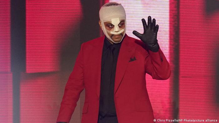 The Weeknd mit Gesichtsbandagen und Handschuhen bei den American Music Awards