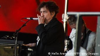 Bob Dylan auf der Bühne mit Mikrofon (Helle Arensbak / Ritzau Scanpix / AFP).