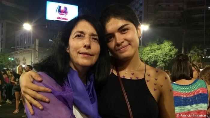 La decana de la Facultad de Psicología de la Universidad de Córdoba, Patricia Altamirano (izqda), junto a una manifestante en una marcha por los derechos de las mujeres en esa ciudad argentina.