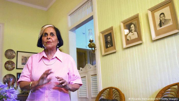 Dedé Mirabal, familiar ya fallecida de las hermanas que desafiaron el régimen de Trujillo en República Dominicana, en el fondo en las fotografías.