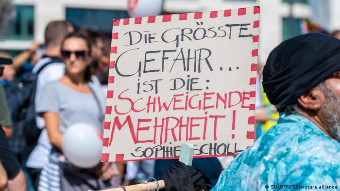 """Ruch koronasceptyków spod znaku """"Querdenken"""" instrumentalizuje narodowy socjalizm"""