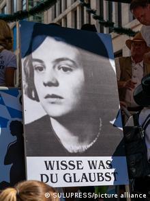 Портрет Софи Шолль с надписью Знай, во что ты веришь