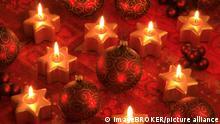 BG Advent | Weihnachten in Coronazeiten | Christbaumkugeln und Kerzen