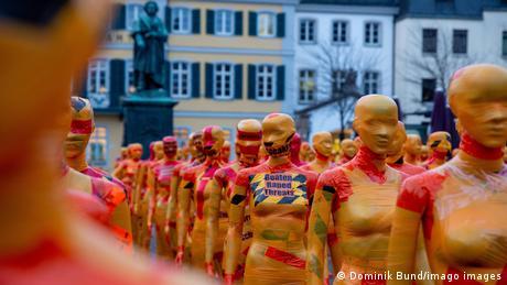 "Lutke na centralnom gradskom trgu. Umetnička instalacija ""Slomljeno"" (Broken) Denisa Mesega postavljena je u Bonu za 25. novembar, Međunarodni dan borbe protiv nasilja nad ženama."