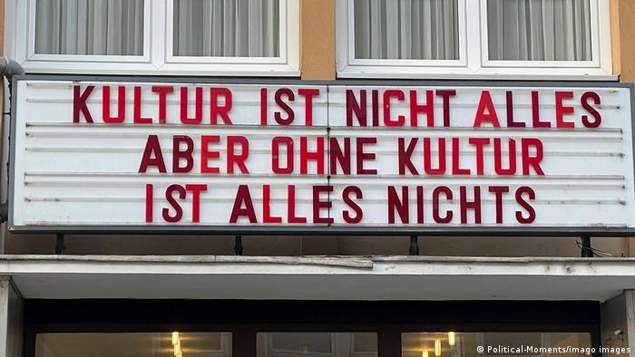 Das Kölner Lichtspielhaus und Kino Odeon macht aus seinem Außenschild mit einem großen Hinweis, Kultur ist nicht alles aber ohne Kultur ist alles nichts, auf die Kunst, Kultur und Kino Szene im Lockdown aufmerksam.