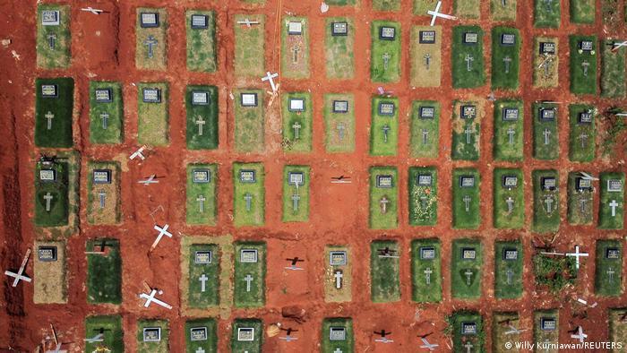Foto udara area pemakaman khusus COVID-19 di Pendok Rangon, Jakarta, pada 25 November 2020.