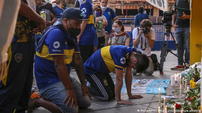Torcedores do Boca Juniors reverenciam Maradona