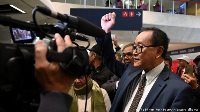 Sam Rainsy mit erhobener Faust am Flughafen Charles de Gaulle in Paris