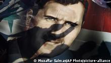 Syrien Ein Schatten fällt auf die Fahne mit dem Portait von Präsident Bashar Assad