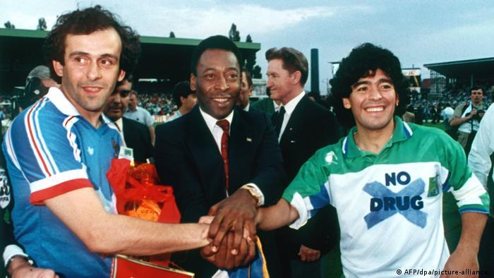میشل پلاتینى (چپ)، ستاره بزرگ فوتبال فرانسه که در سالهاى ۱۹۸۳ و ۱۹۸۴ دو بار پیاپى بهترین فوتبالیست جهان شناخته شد، در آن دوران مىگفت: «مارادونا با یک پرتقال همان کارى را مىکند که من با توپ فوتبال مىکنم.» ضربههاى آزاد مارادونا از پشت محوطه جریمه به اندازهاى خطرناک بود که هوادارانش پیش از زدن ضربه، فریاد گل سر مىدادند.