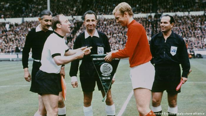 از جمله پیکارهای تاریخی بین دو تیم، فینال جام جهانی ۱۹۶۶ انگلیس بود که در نهایت با پیروزی ۴ بر ۲ انگلیس خاتمه یافت. این تنها باری بود که انگلیس موفق شد، قهرمان فوتبال جهان شود.