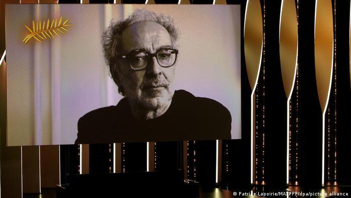 Ein Videobild von Regisseur Jean-Luc Godard ist auf der Kinoleinwand zu sehen.