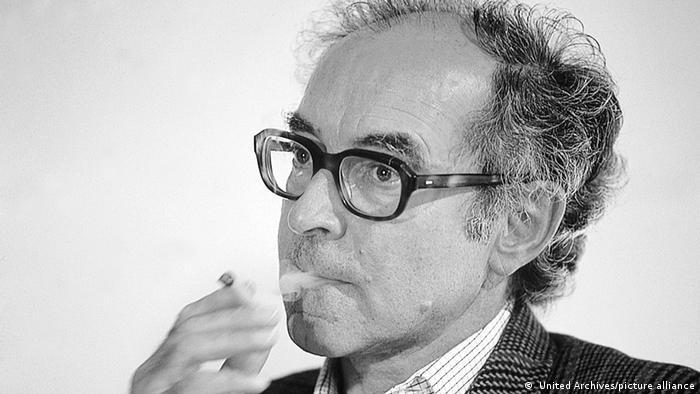 Der Schweizer Regisseur Jean-Luc Godard raucht.
