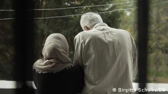 Tα ονόματα των μαρτύρων, όπως πχ. Έμαν, δεν είναι τα πραγματικά τους. Φοβούνται για αντίποινα από πρώην αξιωματούχους του συριακού καθεστώτος που βρίσκονται στη Γερμανία ως πρόσφυγες
