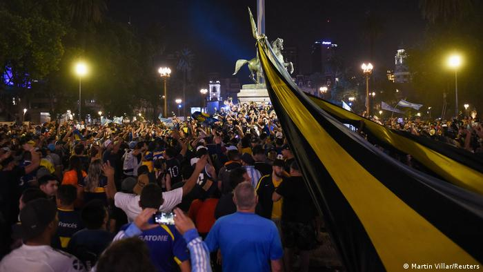 Прихильники Марадони біля паласу Каса Росада у Буенос-Айресі