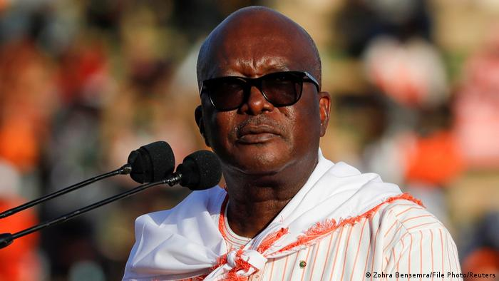 Burkina Fasos Präsident Roch Marc Christian Kabore kündigte einen kompromisslosen Krieg gegen die Barbaren an