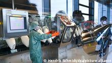 23.11.2020, Sachsen-Anhalt, Dessau-Roßlau: In Schutzanzügen sind Mitarbeiter im Werk des Impfstoffherstellers IDT Biologika in Dessau-Roßlau in der Impfstoffabfüllung beschäftigt. Bundesgesundheitsminister Spahn (CDU) besuchte das Unternehmen am Montag und gab dabei die geplante Abnahme von fünf Millionen Impfdosen bekannt. IDT erwartet nach Angabe des wissenschaftlichen Leiters, Mitte nächsten Jahres in die kommerzielle Produktion zu gehen. Foto: Hendrik Schmidt/dpa-Zentralbild/Pool/dpa +++ dpa-Bildfunk +++ | Verwendung weltweit