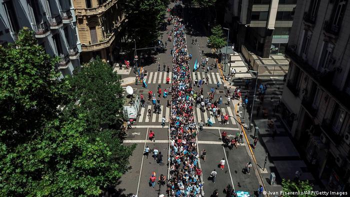 Colas en Avenida de Mayo