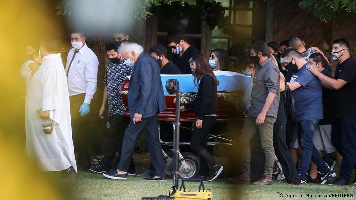 En entierro de Diego Maradona