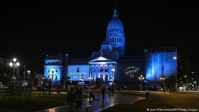 Congreso iluminado de celeste